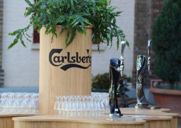 В новом проекте на «Первом» Владимир Познер съездил на пивоварню Carlsberg в Дании